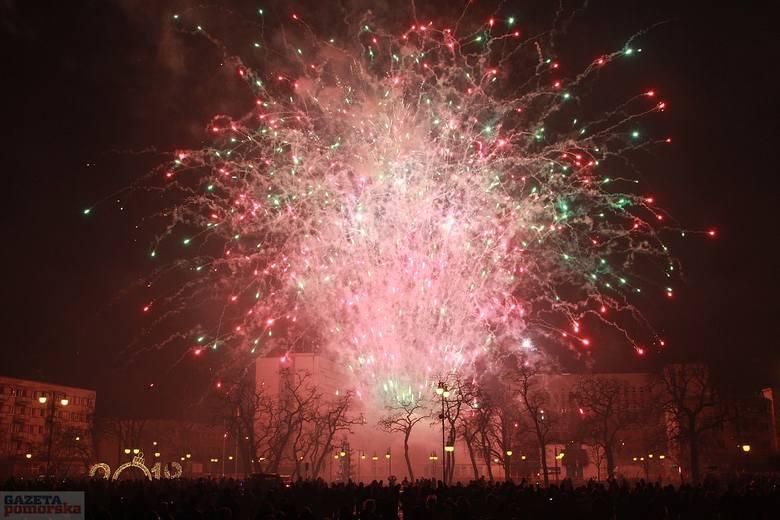 Miejski Sylwester oraz powitanie nowego roku zaplanowano na Zielonym Rynku. Zobacz, jak przywitano 2018 rok we Włocławku.Do zabawy zapraszał włocławian