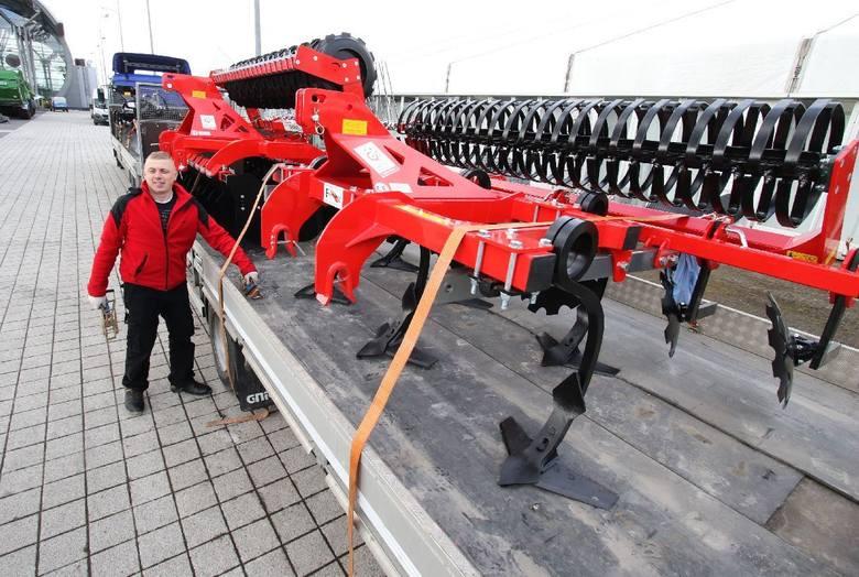 Pracownicy przedsiębiorstwa Grano spod Radomska rozładowują potężne agregaty uprawowe.