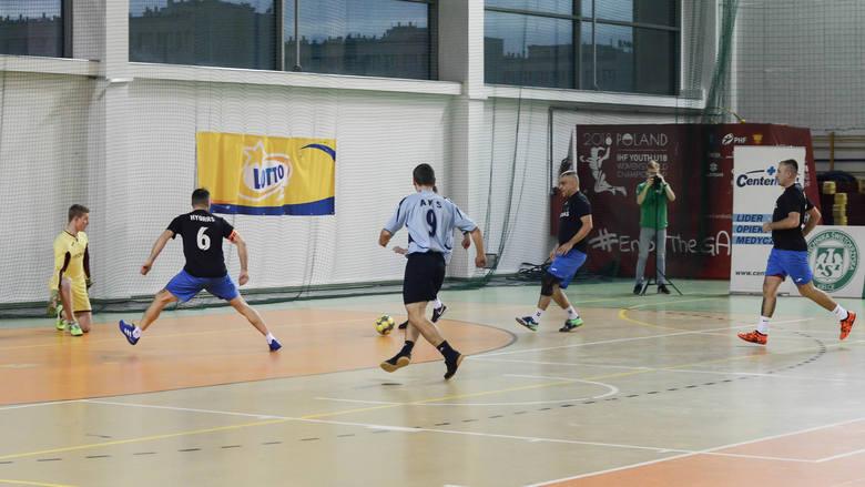 Ciekawe mecze w ósmej kolejce Kieleckiej Ligi Futsalu. Wysokie zwycięstwo lidera ISOVER MMW Szalunki [DUŻO ZDJĘĆ]