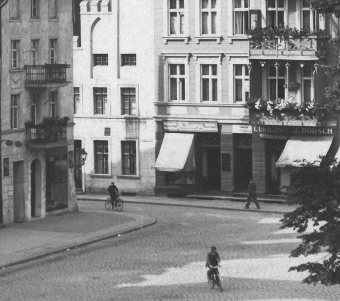 Na tym zdjęciu z połowy lat 30. widać jej szyld.