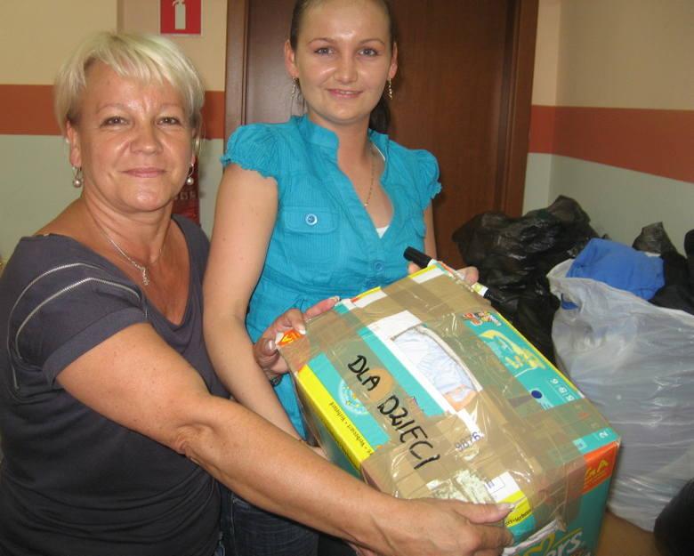 Elżbieta Hryniewicz (z lewej) i Justyna Laskowska z opieki społecznej pakują dary dla powodzian z mazowieckich Słubic. - Ludzie przynoszą sporo rzeczy