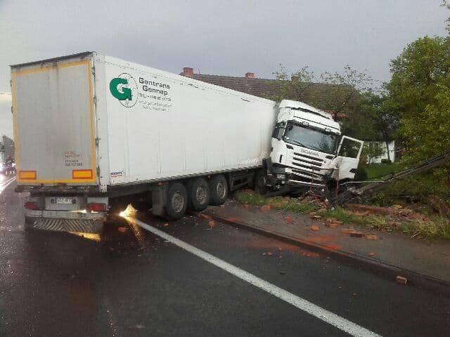 Do bardzo groźnego wypadku doszło na drodze krajowej nr 6, na wylocie z Pękanina (gmina Malechowo) w kierunku Sławna. Samochód ciężarowy zjechał z drogi