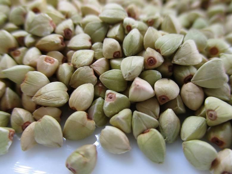 Kasza gryczana biała ma lekko różowo-zieloną barwę, delikatny i łagodny smak. Poddana procesowi prażenia traci wiele cennych składników odżywczych.