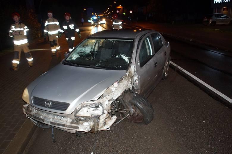 Kierująca Oplem kobieta, z niewyjaśnionych przyczyn zjechała na lewą stronę drogi wprost pod jadącego od strony Słupska Hyundaia. Kolizja miała miejsce