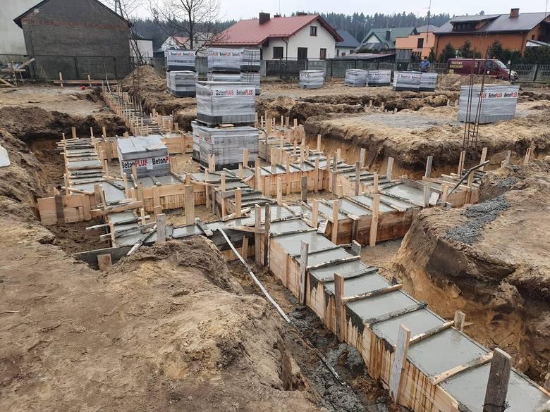 Na działce przy ulicy Szlacheckiej w Suchej są już fundamenty budynku, w którym będzie świetlica wiejska i strażnica miejscowego OSP.