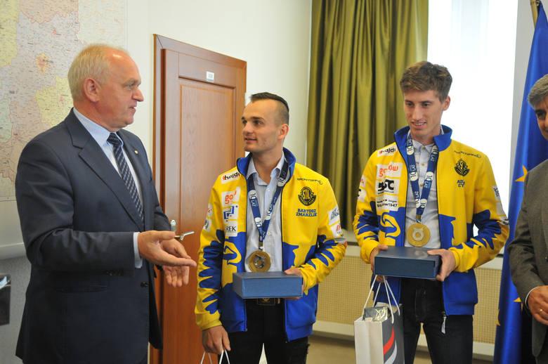 Wojewoda lubuski wręczył zawodnikom Stali Gorzów drobne upominki.