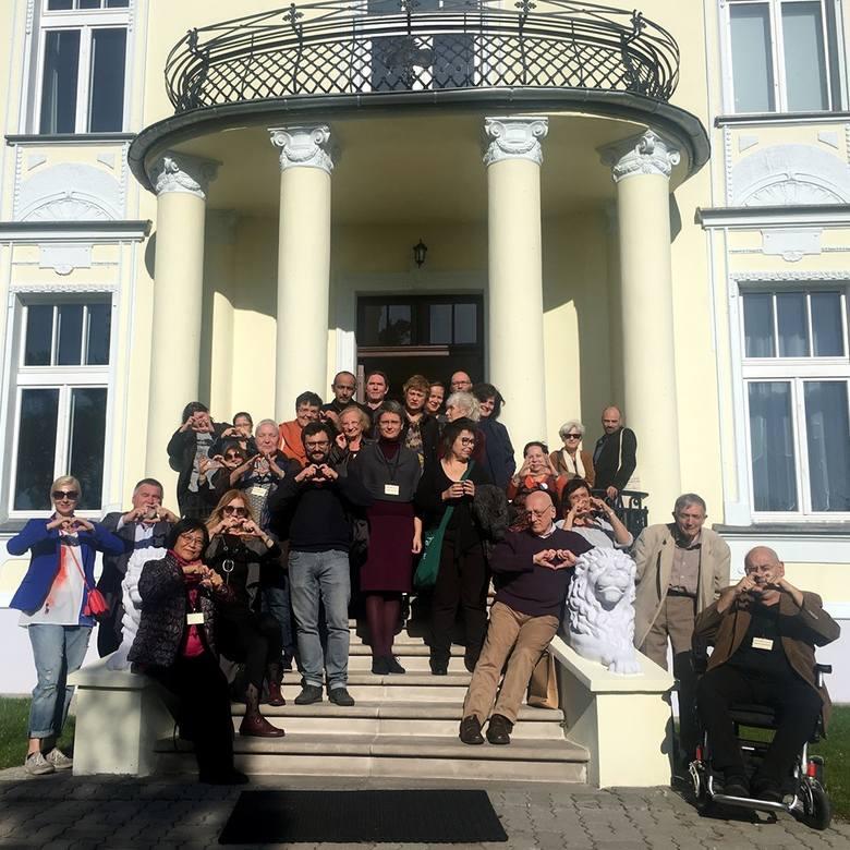 Tłumacze na tle Muzeum we Wsoli robią pamiątkowe zdjęcie grupy dla Rity Gombrowicz.