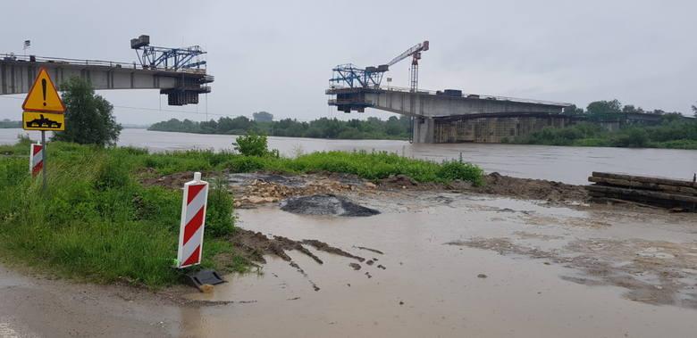 Borusowa. Nowy most połączy Małopolskę i Świętokrzyskie jeszcze w tym roku. Prace wkraczają w decydujący etap [ZDJĘCIA]