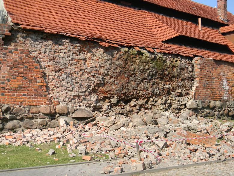 Mury obronne w Byczynie - zabytkowe, średniowieczne i sypiące się.