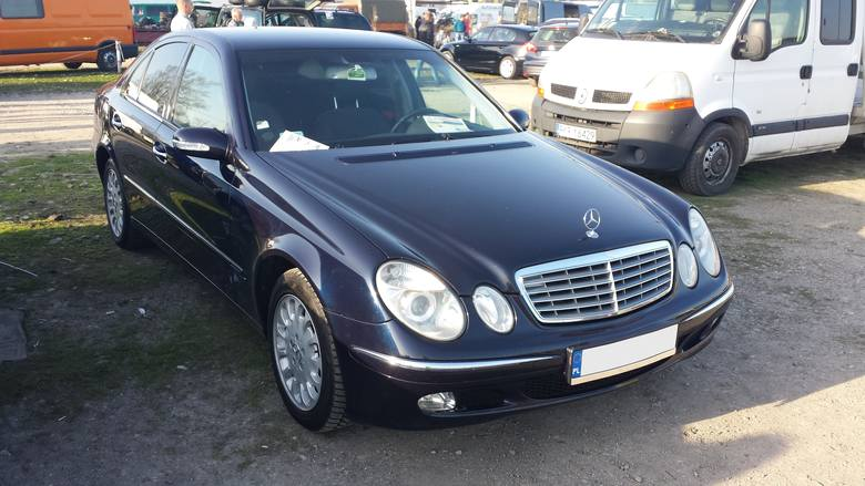 2. Mercedes E-klasa. Silnik 2,2 diesel, rok produkcji 2003, cena 21500 zł.