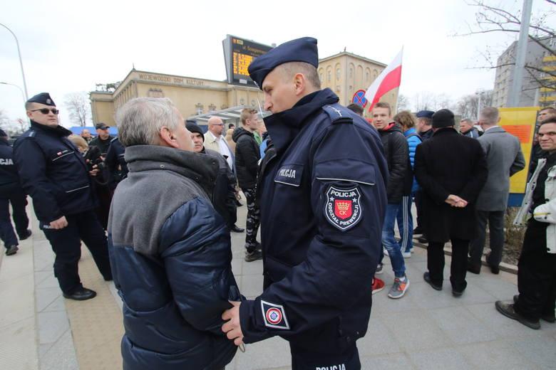 Awantura przed Wojewódzkim Domem Kultury w Kielcach podczas powitania prezydentów Polski i Węgier. Interweniowała policja (WIDEO,ZDJĘCIA)