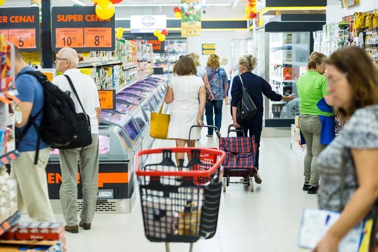 Ceny w dyskontach: Warzywa droższe nawet o połowę. Najbardziej po kieszeni dostają rodziny.