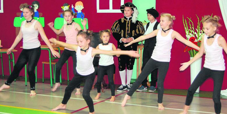Dla zaproszonych na uroczystość gości przygotowano w szkole prawdziwe show. Ciekawe układy taneczne w wykonaniu uczniów robiły wrażenie.