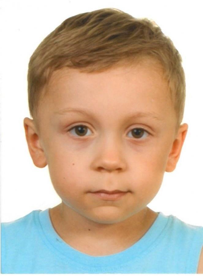 Chłopiec był ubrany w szaroniebieską bluzę dresową, niebieskie jeansy oraz niebieskie trampki z obrazkami Zygzaka McQueena.