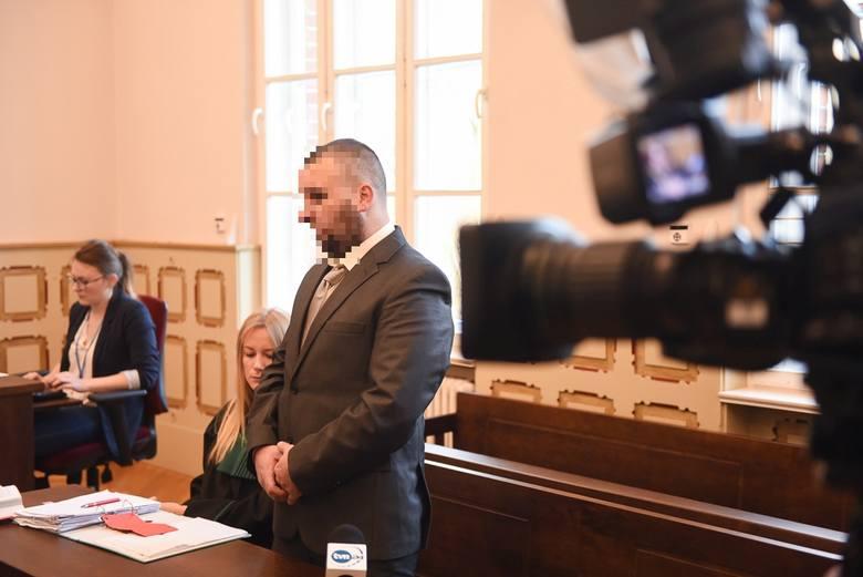 Ruszył proces Bartosza D., oskarżonego o skatowanie psa Fijo. 30-latek nie przyznaje się do winy i twierdzi, że tylko upadł na psa. Sam czuje się ofiarą,