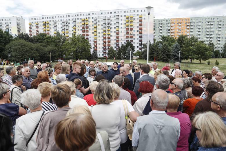 Nie dla nowych bloków, protest mieszkańców os. Nowe Miasto w Rzeszowie.Więcej w artykule: Na Nowym Mieście staną nowe wieżowce? Ratusz zaprzecza