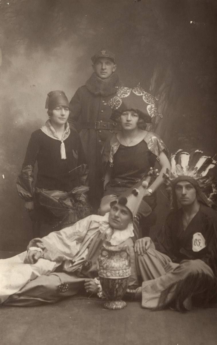 Teatrzyk, który robił furorę w Podhajcach i okolicy. Z lewej Maria Wojciechowska z siostrą Różą i braćmi (na dole)