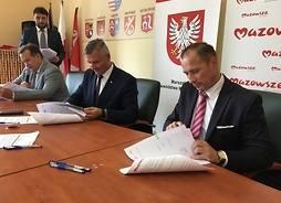 Wicemarszałek Rafał Rajkowski podpisał umowy z samorządowcami z powiatu szydłowieckiego.