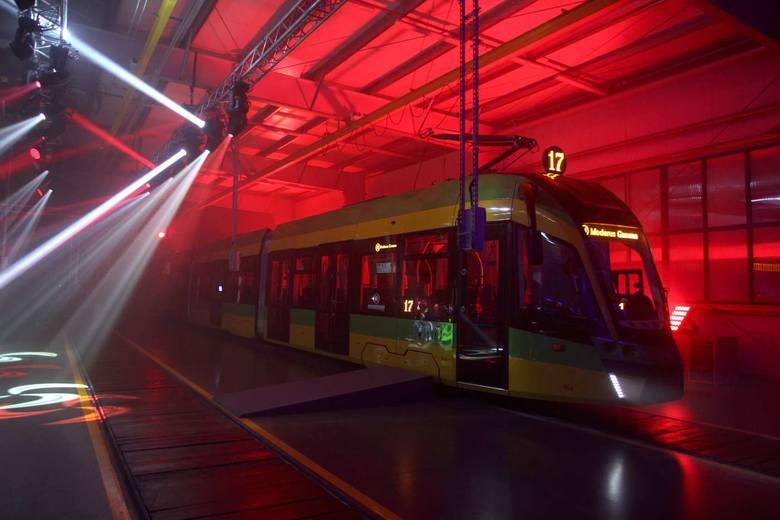 50 nowoczesnych, niskopodłogowych tramwajów marki Moderus Gamma trafi na poznańskie torowiska. Zobacz zdjęcia z jego oficjalnej prezentacji w barwach