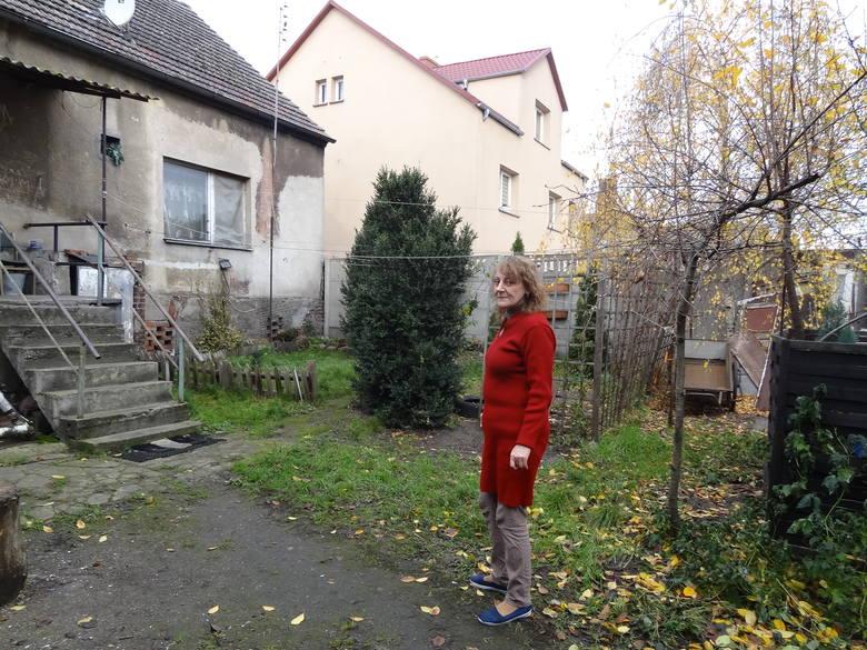 Zdaniem Doroty Włoch mieszkanki posesji na Placu Powstańców potrzebny byłby gruntowny remont elewacji budynku