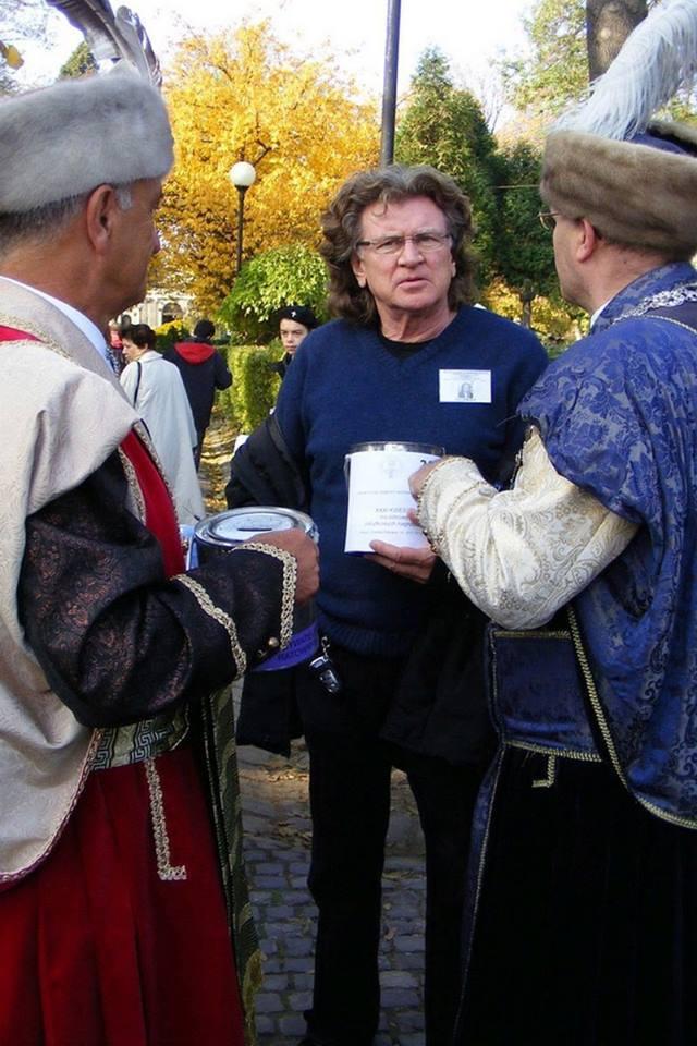Zbigniew Wodecki podczas kwesty na Cmentarzu Rakowickim