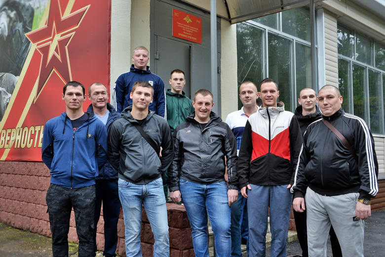 Na tym zdjęciu, opublikowanym przez rosyjskie Ministerstwo Obrony, znajdują się wolontariusze, którzy poddali się testom szczepionki przeciwko Covid.