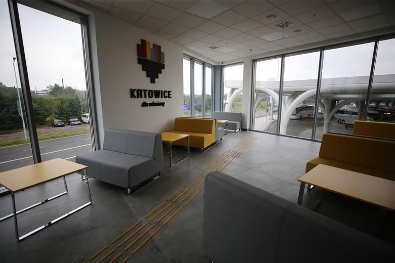 W budynku dla pasażerów na piętrze jest punkt gastronomiczny. Obok są toalety, miejsce do wypoczynku. Na piętrze dostępny jest telewizor oraz gniazdka,