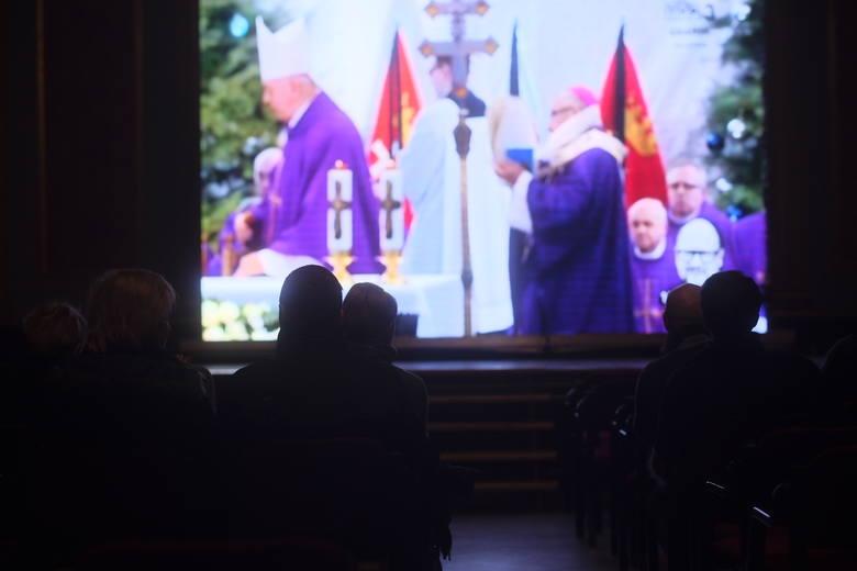 Torunianie mogli dziś oglądać transmisję na żywo z pogrzebu śp. Pawła Adamowicza na specjalnie przygotowanym telebimie w Dworze Artusa. Zobacz także: