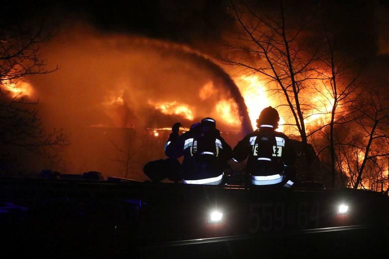 Może taki pożar składowiska odpadów jest widowiskowy, ale niesie ogromne zagrożenie dla środowiska, ludzi i zwierząt