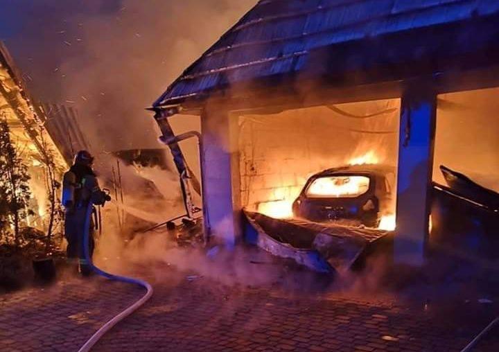 Groźny pożar wybuchł w niedzielę około 6.30 przy ulicy Zielonej w Długoborzu (Gmina Zambrów).