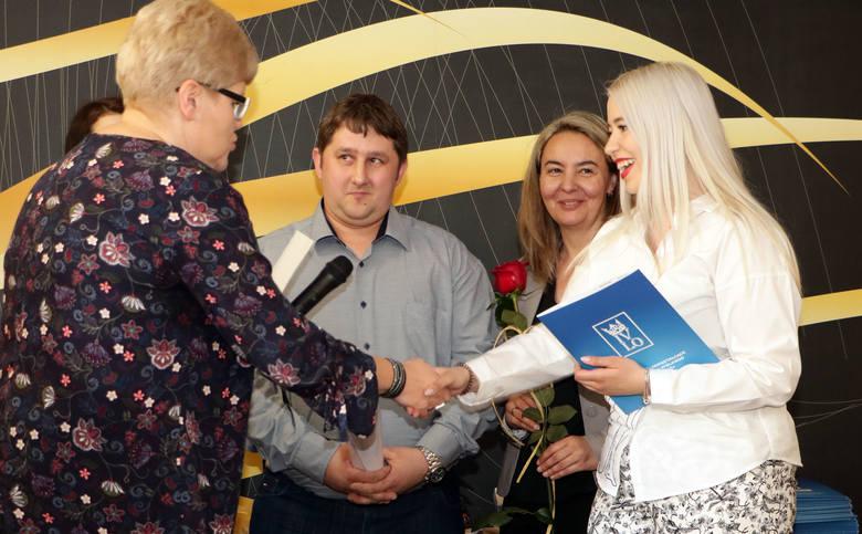 Ponad 70 absolwentów z trzech najstarszych klas IV Liceum Ogólnokształcącego w Grudziądzu odebrało w piątek świadectwa ukończenia szkoły. Najlepsi z