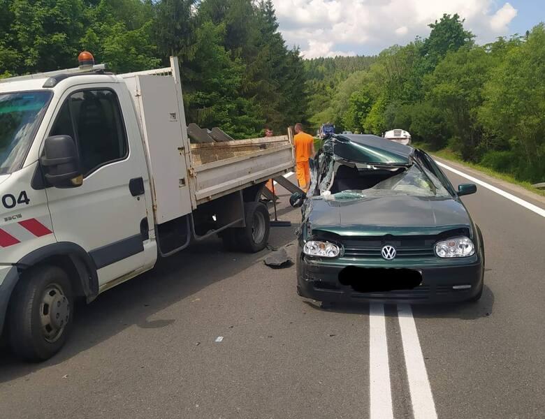 Wypadek w Kuźminie. Na DK nr 28 kierujacy golfem uderzył w samochód służby drogowej [ZDJĘCIA]