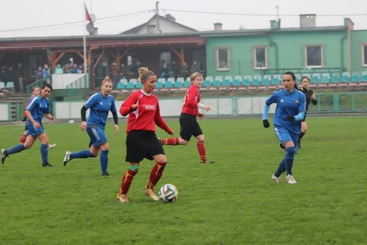 Daria Kasperska (przy piłce) zdobyła pierwszego gola dla Rolnika.