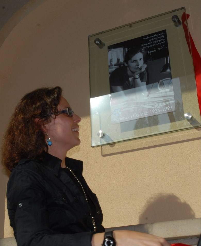 Agnieszka Osiecka ma w Sopocie swoją pamiątkową tabliczkę. Została odsłonięta przez Agatę Passent, córkę poetki