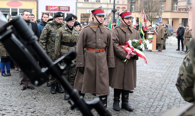 W 98 rocznicę powrotu Grudziądza do Polski, po uroczystej mszy świętej w bazylice pw. św. Mikołaja, na Rynku spotkali się samorządowcy, żołnierze i