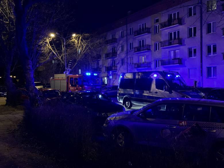 - Przy bloku przy ul. Lelewela 48 w Bydgoszczy stoją wozy straży pożarnej, policji i karetka. Strażacy próbują dostać się do mieszkania. Co się stało?