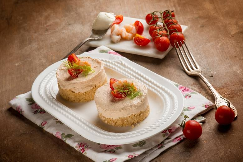 Tartinki z musem twarogowo-łososiowymSkładniki50 g filetu z łososia 100 g twarogu wiejskiego tłustego, np. OSM Piątnica 3 szt. pomidorów suszonych w