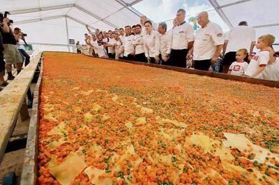 Wypieczona w Wieliczce, największa na świecie lasagne ważyła 4 tony 865 kg. Rekord ten zostanie wpisany do Księgi Guinnessa. fot. Anna Kaczmarz