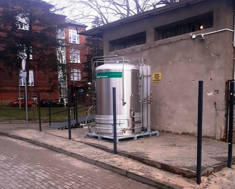Taki zbiornik został zainstalowany we wtorek 30 marca na terenie szpitala przy ul. Wyspiańskiego