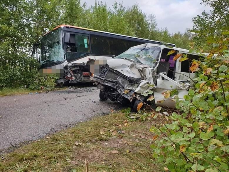Wypadek autobusu z dziećmi na drodze Leśniki - Radule. Na zakręcie uderzył w niego bus