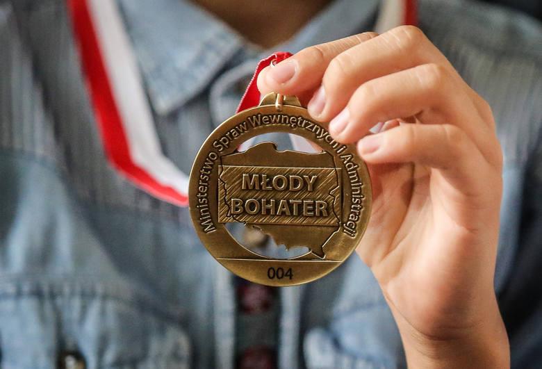 22.06.2016 Gdańsk, Jarosław Zieliński wręcza medal Młody Bohater 12 letniemu Marcelowi za udzielenie pierwszej pomocy nieprzytomnemu mężczyźnie.