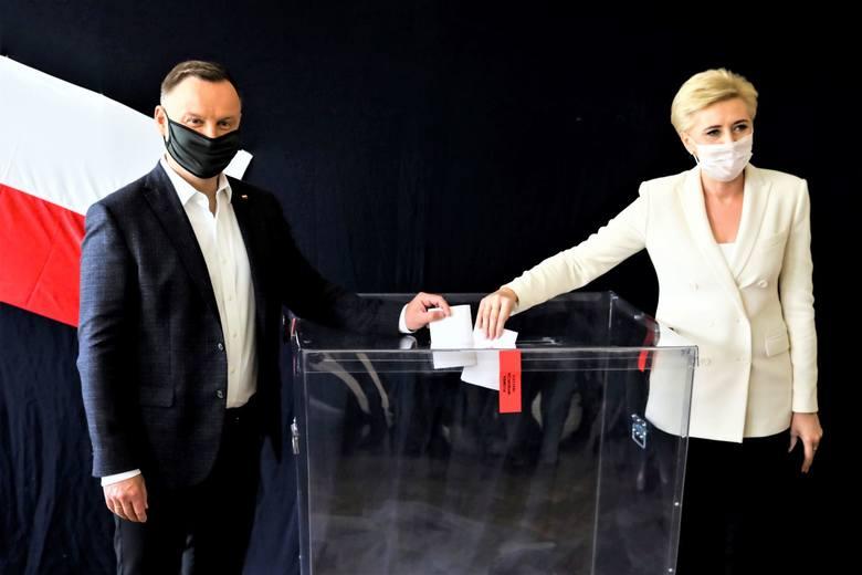 Pierwszą turę wyborów prezydenckich 2020 wygrał Andrzej Duda, który w niedzielę głosował wraz z żoną Agatą