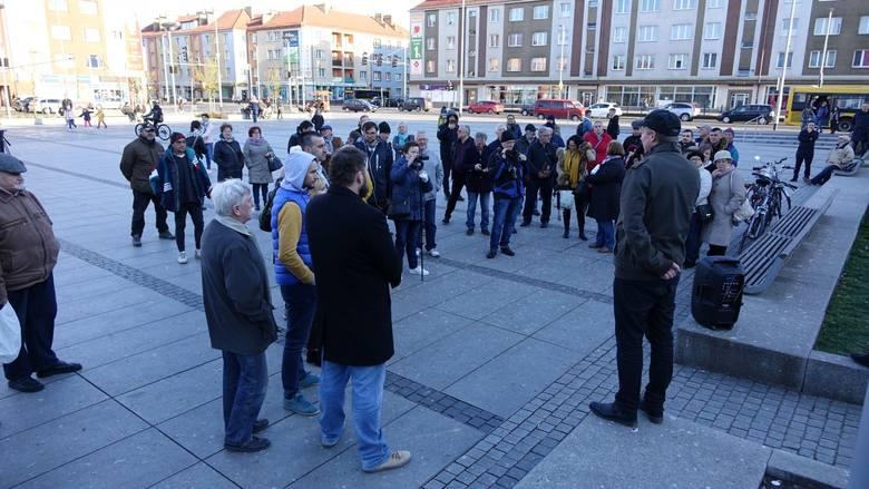 W poniedziałek o godz. 18 przed koszalińskim ratuszem spotkało się około 40-50 osób, które postanowiły wyrazić swój sprzeciw dla strajku nauczycieli.