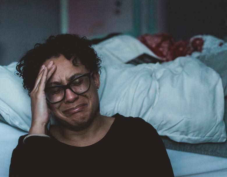 Drugi etap żałoby może być szczególnie trudny dla osoby doświadczonej stratą. To wtedy ma miejsce silny wybuch emocji, które uzewnętrzniają się w płaczu