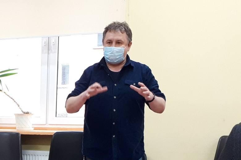 """Przemysław Czarnek, minister edukacji, zapowiedział, że będzie chciał uhonorować dyrektora szkoły z Łodzi """"za walkę z ideologizacją dzieci""""."""