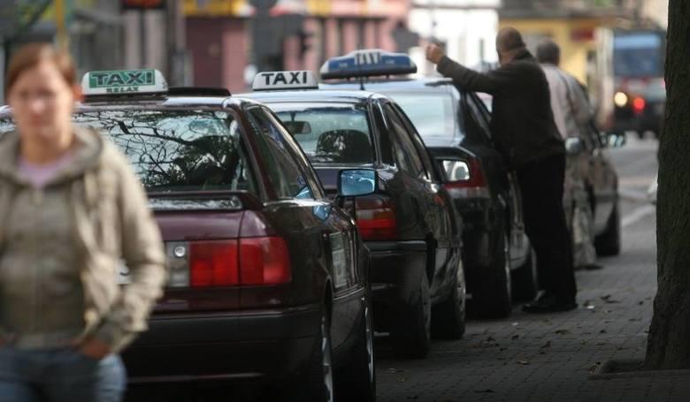 3. Gdzie można się zatrzymać w przypadku postoju TAXI?Na postoju TAXI mogą realizować postój tylko taksówki osobowe, reguluje to § 53.1 Rozporządzenia