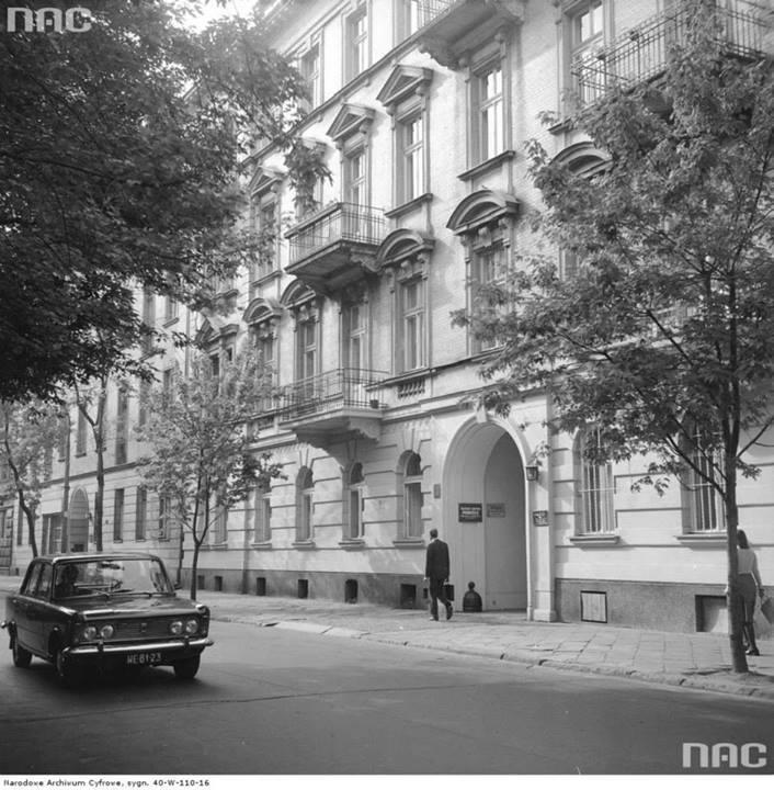Kamienica przy ul. Wiejskiej 19 w Warszawie. Z lewej samochód Fiat 125p, 1974-05.