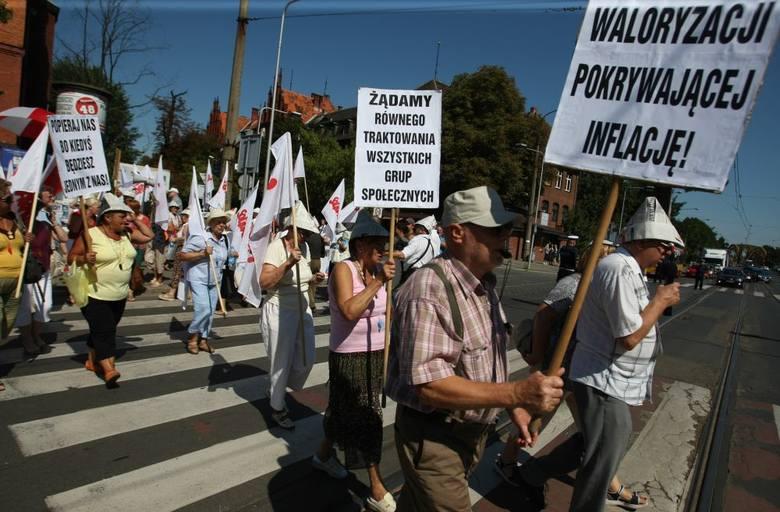 """Wrocław: Protest emerytów na Curie-Skłodowskiej. """"Nie chcemy wegetować, chcemy żyć"""" (FOTO)"""
