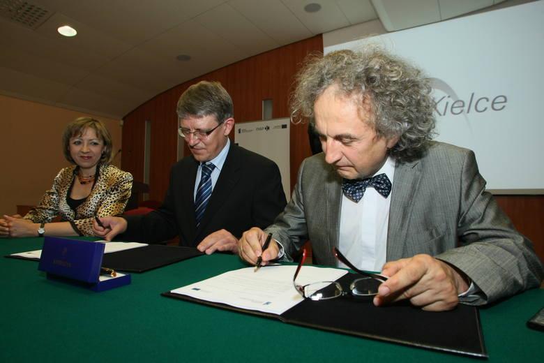 Fot. D. Łukasik, Umowę dofinansowanie gigantycznej inwestycji podpisują (kolejno od lewej): wiceprezes zarządu Targów Kielce Bożena Staniak, wiceprezes
