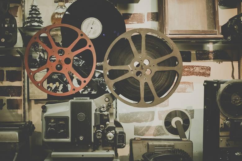 Zastanawiałeś się kiedyś, jak brzmiałyby tytuły filmowych hitów, gdyby zapisane były w gwarze poznańskiej? Oto odpowiedź! Ostrzegamy: uśmiejesz się do